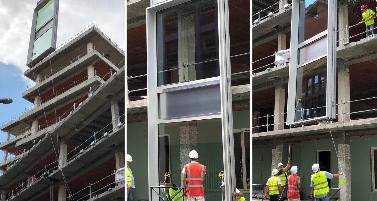 Rénovation du siège : Pose du 1er bloc de façade